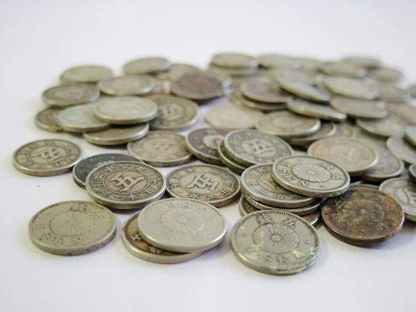 小型50銭銀貨+菊5銭白銅貨 おまとめ 約0.90kg /状態真贋不問品