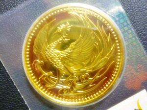 天皇陛下御即位記念10万円金貨と天皇陛下御在位60年記念10万円金貨